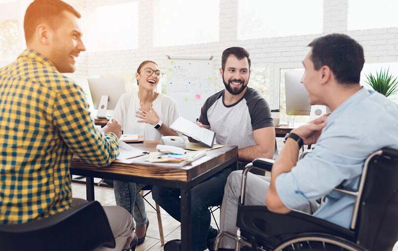 Pessoa com deficiência trabalha junto à sua equipe