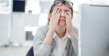 mulher triste após sofrer assédio moral no trabalho