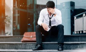 Vemos um ex-funcionário pensando em seus direitos do trabalhador demitido no período de experiência.