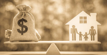sacola de dinheiro e representação de uma família explica quando receber pensão por morte do INSS
