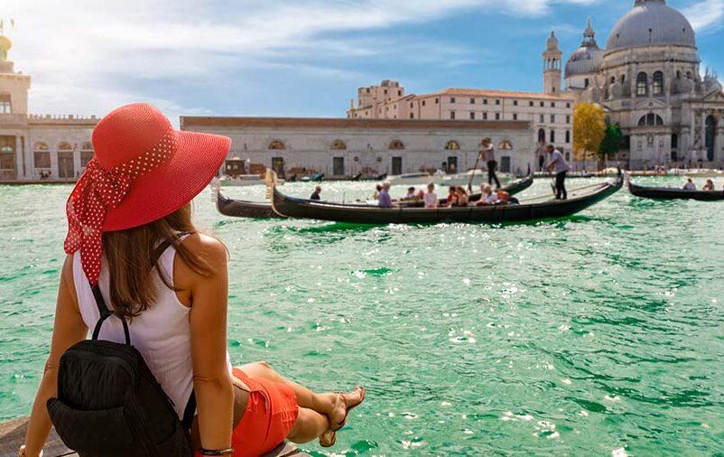 mulher em frente ao mar tirou férias na reforma trabalhistas