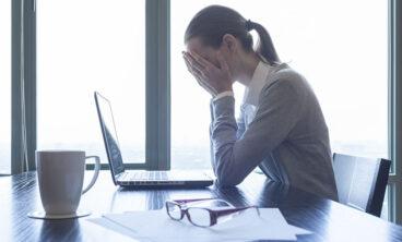 mulher no escritório com as mãos no rosto desacreditada após a morte do familiar será beneficiada com a licença